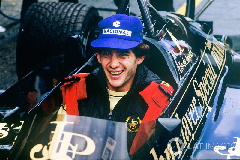 Ayrton Senna, Lotus 97T-Renault, pitlerde takım arkadaşı Elio de Angelis'in aracında oturuyor