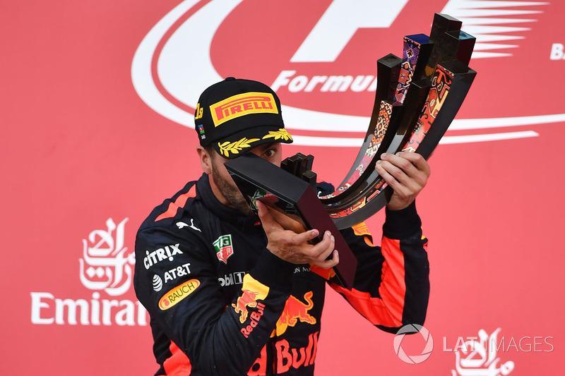 Podio: Ganador de la carrera Daniel Ricciardo, Red Bull Racing celebra
