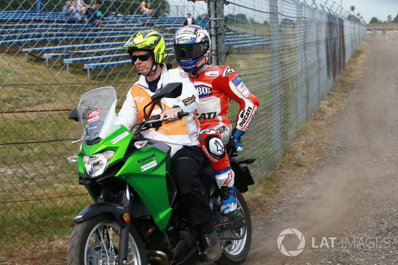 Andrea Dovizioso, Ducati Team, después del choque