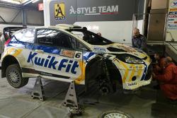 La Ford Fiesta WRC di Alessandro Bettega in riparazione ai box