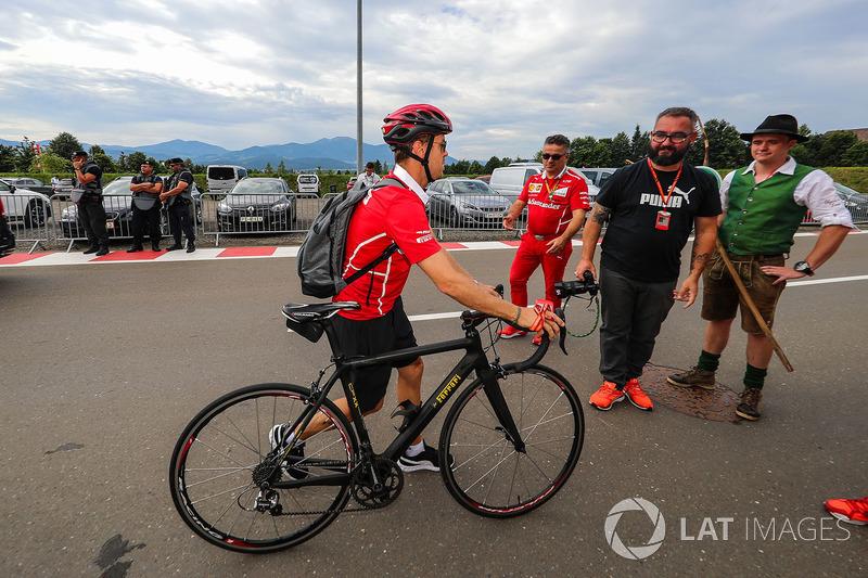 Себастьян Феттель, Ferrari, на своєму велосипеді