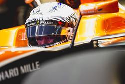 Fernando Alonso, McLaren, en el cockpit visera levantada