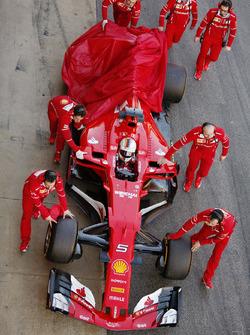 Sebastian Vettel, Ferrari, retourne aux stands avec un problème