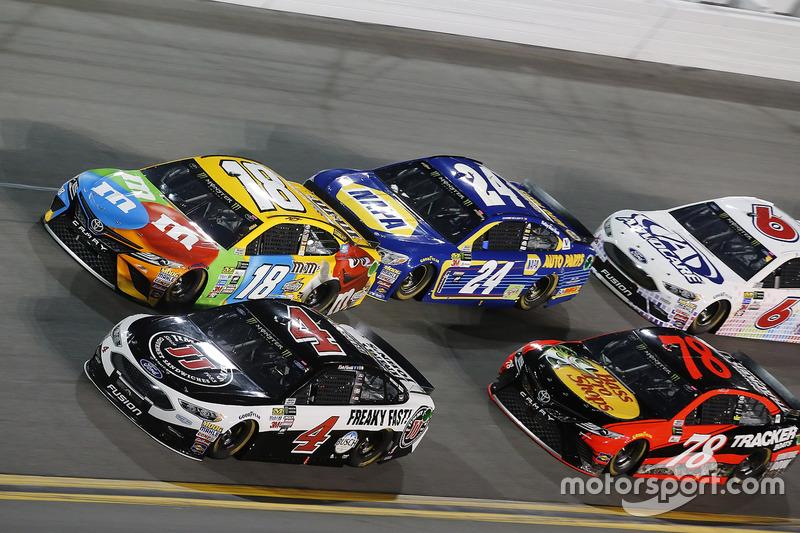 Kevin Harvick, Stewart-Haas Racing, Ford; Kyle Busch, Joe Gibbs Racing, Toyota; Chase Elliott, Hendr