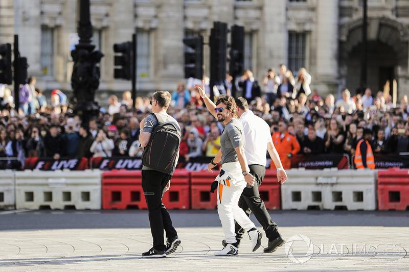 Фернандо Алонсо (McLaren) вітає вболівальників