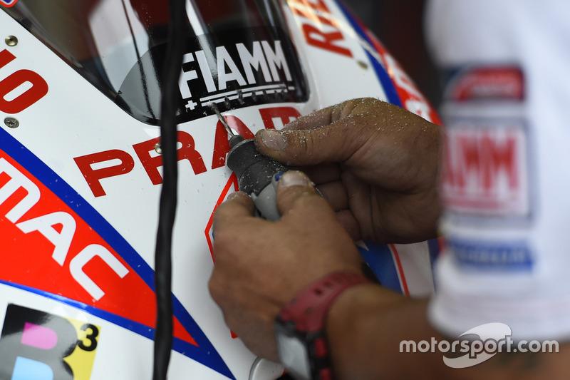 Pramac Ducati, Mechaniker arbeiten am Bike von Scott Redding's
