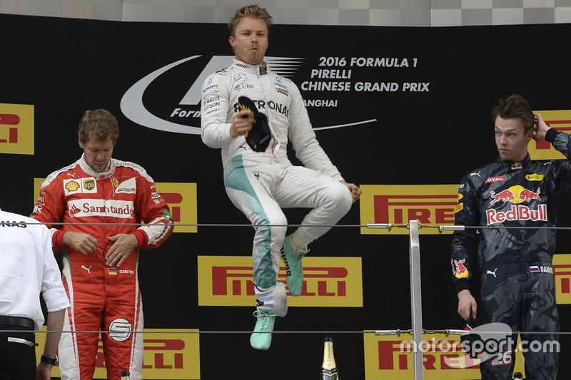 5: Подіум Гран Прі Китаю, Шанхай: переможець - Ніко Росберг, Mercedes AMG F1 Team, друге місце - Себастьян Феттель, Ferrari, третє місце - Данііл Квят, Red Bull Racing