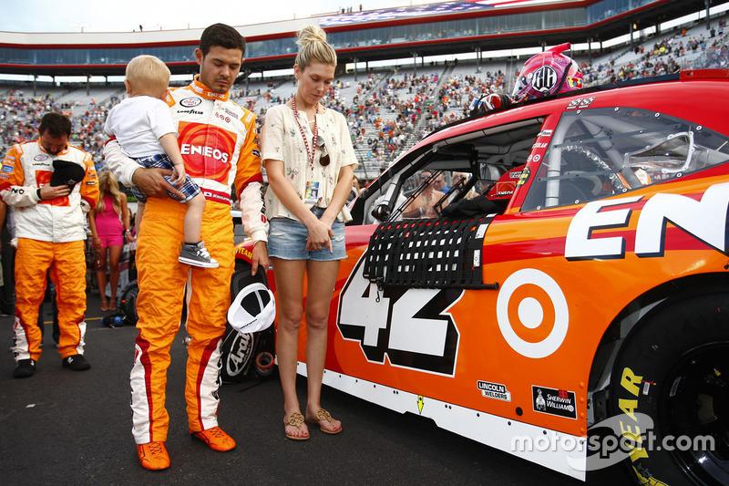 Kyle Larson, Chip Ganassi Racing Chevrolet con la moglie Katelyn Sweet e il figlio Owen Larson
