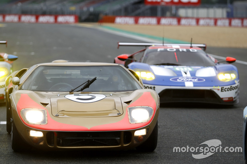 Vintagr Ford GT with #68 Ford Chip Ganassi Racing Ford GT: Джоі Хенд, Дірк Мюллер, Себастьян Бурде