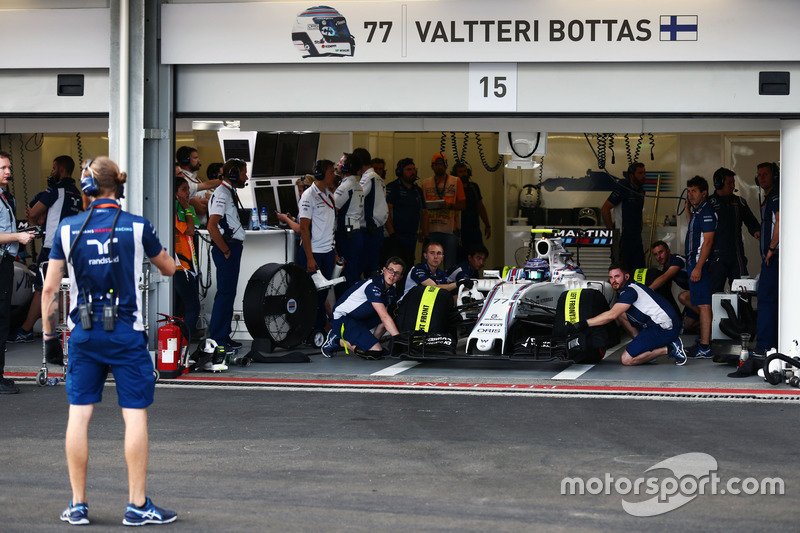 Valtteri Bottas, Williams FW38 in the pits
