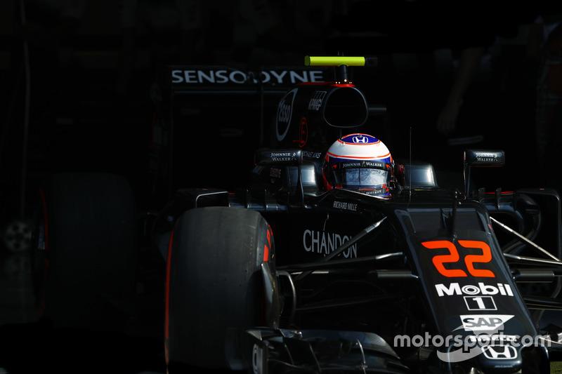 Jenson Button, McLaren leaves the garage