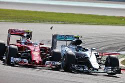 Kimi Raikkonen, Ferrari SF16-H y Nico Rosberg, Mercedes AMG F1 W07 Hybrid