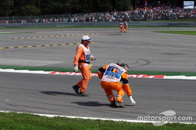 I Marshals rimuovono i detriti dal circuito