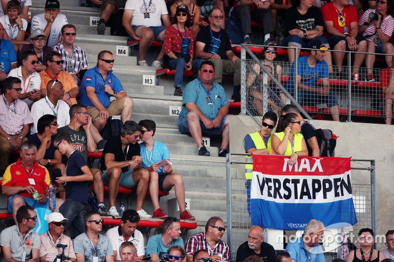Tifosi e una bandiera per Max Verstappen, Red Bull Racing