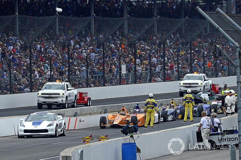 Фернандо Алонсо, Andretti Autosport Honda, і решта групи лідерів під час періоду машини безпеки