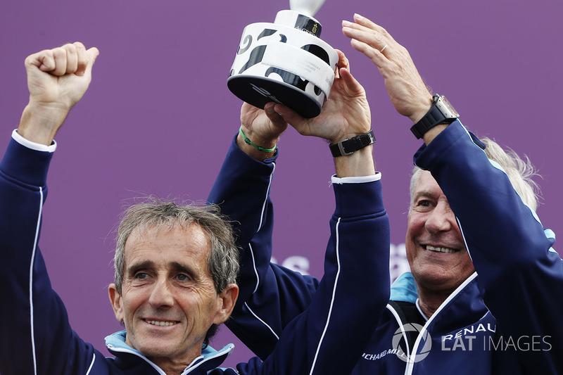 Alain Prost y Jean Paul Driot celebran en el podio