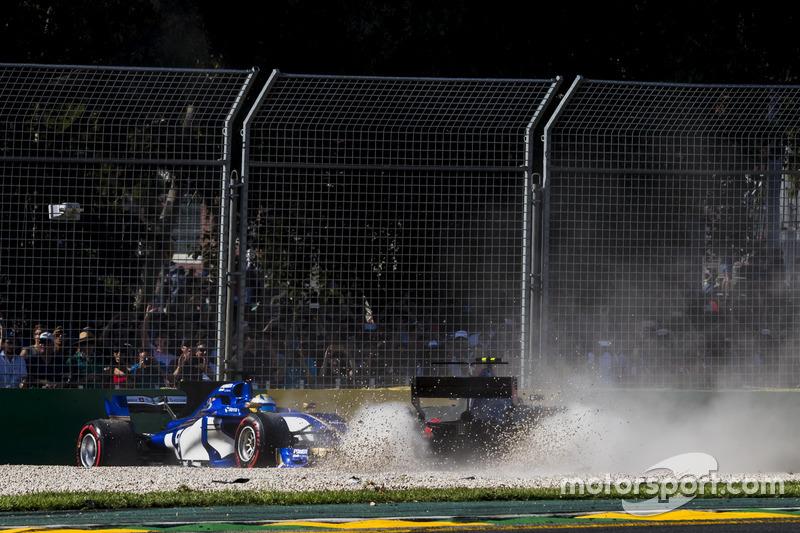Unfall: Kevin Magnussen, Haas F1 Team VF-17; Marcus Ericsson, Sauber C36