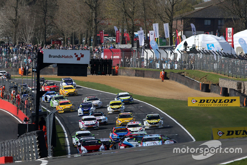 Start: Colin Turkington, Team BMW, BMW 125i M Sport; Matt Neal, Halfords Yuasa Racing, Honda Civic T