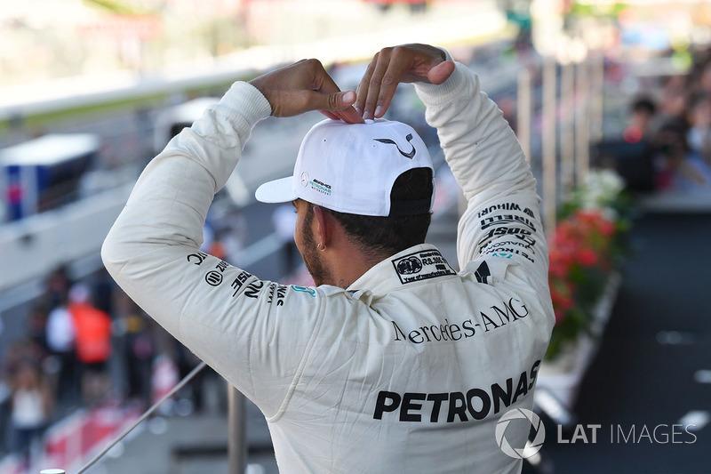 Il vincitore della gara Lewis Hamilton, Mercedes AMG F1 festeggia sul podio
