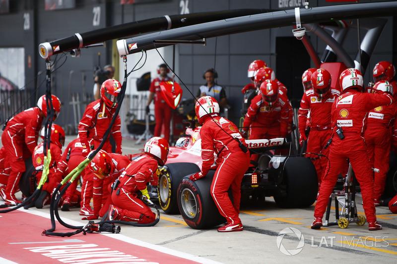 Sebastian Vettel, Ferrari SF70H, sale de los hoyos de su primera parada