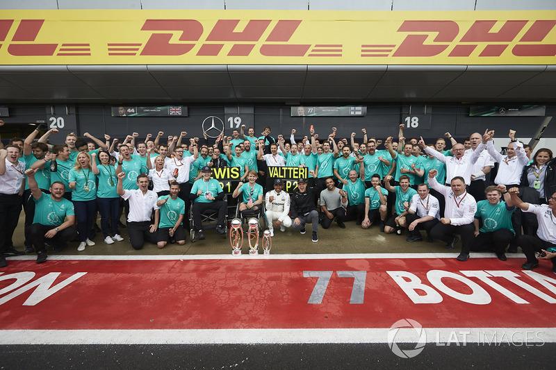1. Lewis Hamilton, Mercedes AMG F1; 2. Valtteri Bottas, Mercedes AMG F1, mit Billy Monger