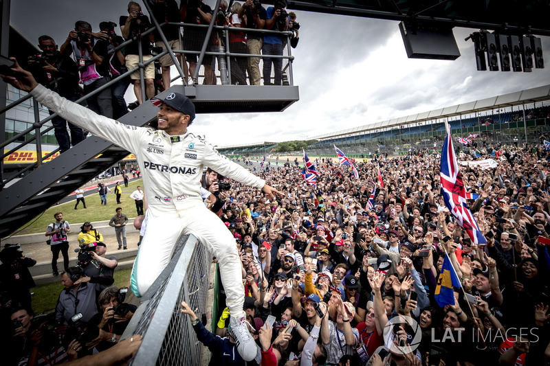 Льюис Хэмилтон празднует победу на домашнем Гран При