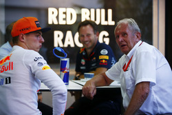 Max Verstappen, Red Bull Racing, Christian Horner, Team Principal, Red Bull Racing ed Helmut Marko, Consulente, Red Bull Racing, si rilassano dopo le Qualifiche