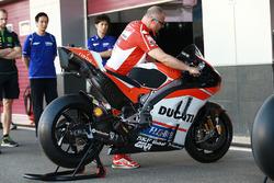 Bike von Jorge Lorenzo, Ducati Team, unter Beobachtung von Yamaha-Teammitgliedern