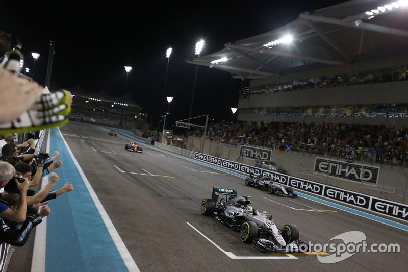 Ganador de la carrera, Mercedes AMG F1 W07 Hybrid cruza la línea de meta al final de la carrera con el segundo lugar y campeón mundial Nico Rosberg, de Mercedes AMG F1 W07 híbrido