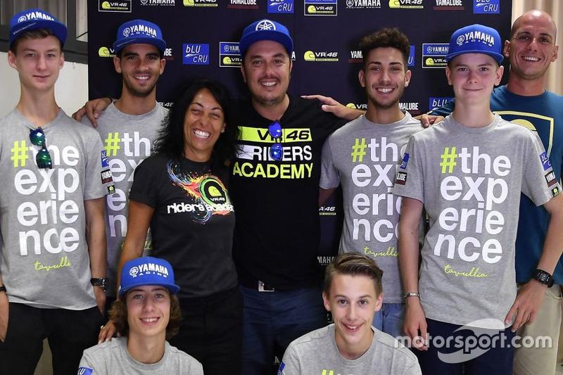 Учасники четвертого Yamaha VR46 Master Camp та директор VR46 Riders Academy Алессіо Салуччі