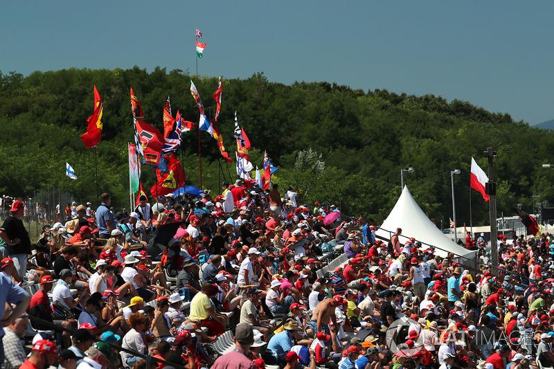 Fans y banderas en la tribuna