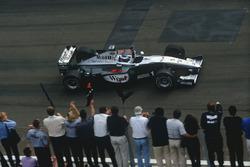 Mika Hakkinen,McLaren MP4/14 Mercedes-Benz zaferi kutluyor