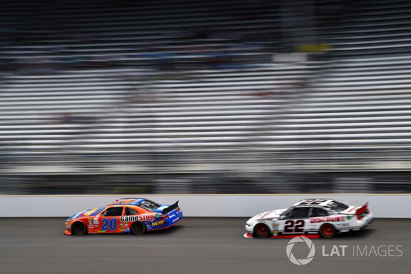 Erik Jones, Joe Gibbs Racing Toyota y Joey Logano, Team Penske Ford