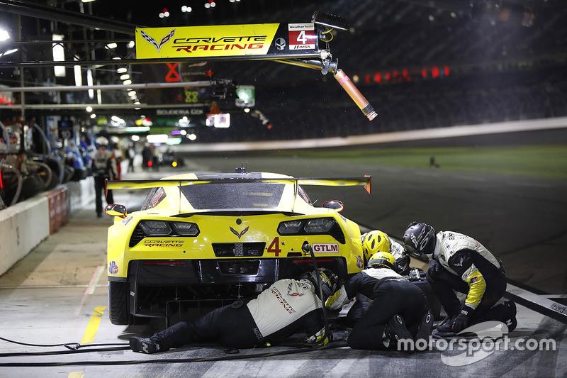 Equipo trabaja en el #4 Corvette Racing Chevrolet Corvette C7.R: Oliver Gavin, Tommy Milner, Marcel Fässler