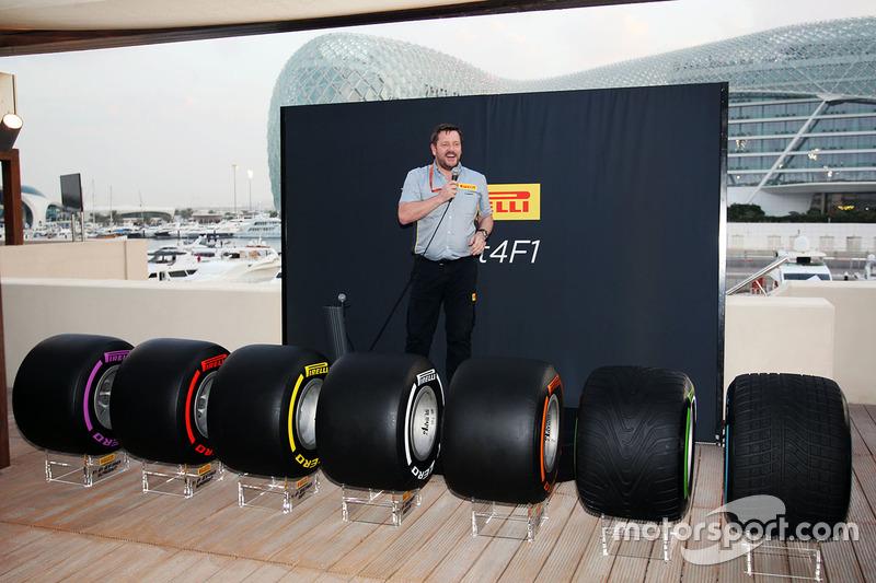 Paul Hembery, director de Pirelli Motorsport, con los neumáticos de F1 2017