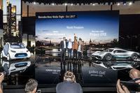 Ola Källenius, Dr. Dieter Zetsche, Direktör, Daimler, Lewis Hamilton, Britta Seeger ve Mercedes-AMG Project ONE lansman aracı ve Smart vision EQ fortwo