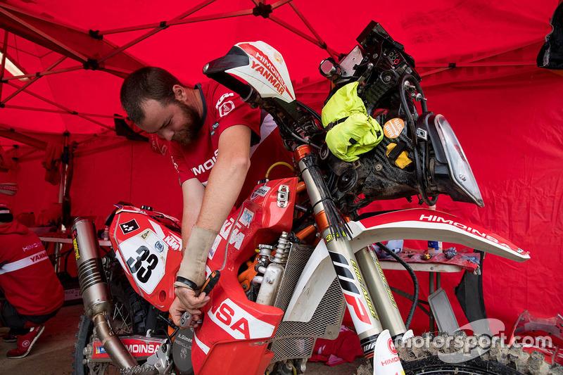 Mecánicos de Himoinsa Racing Team KTM trabajando