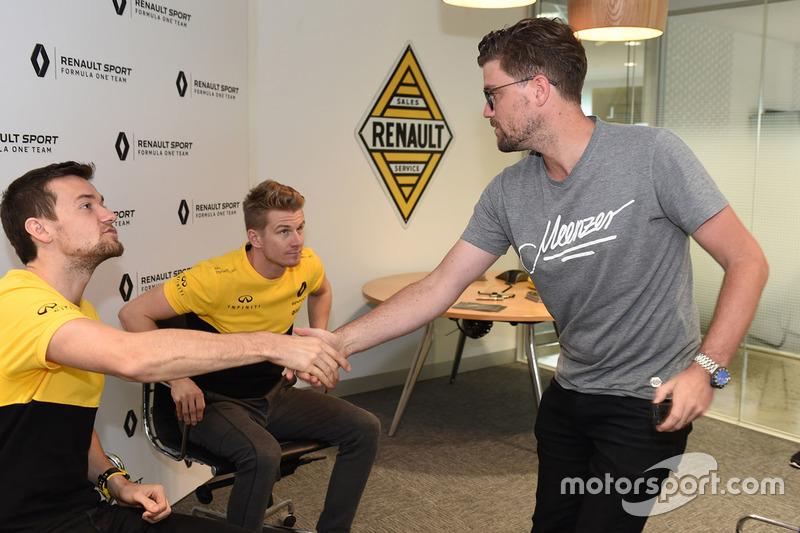 Andrew van Leeuwen, Motorsport.com Australien, mit Nico Hülkenberg, Renault Sport F1 Team, und Jolyon Palmer, Renault Sport F1 Team
