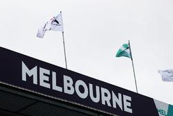 Flaggen über der Boxengasse in Melbourne