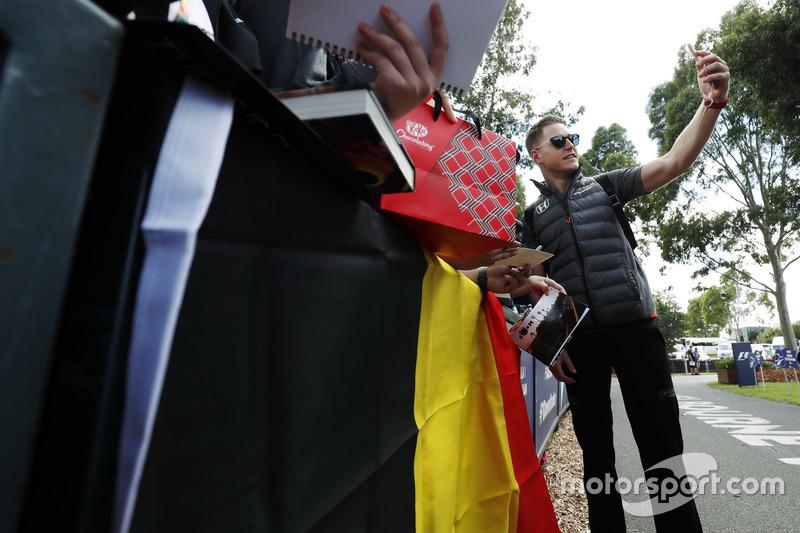 Stoffel Vandoorne, McLaren, toma una foto para los fanáticos