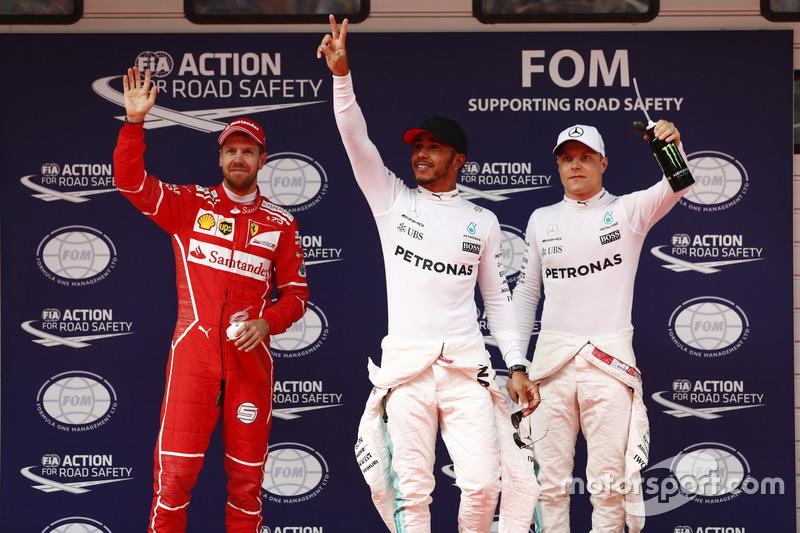 Los tres primeros clasificados Lewis Hamilton, Mercedes AMG, Sebastian Vettel, Ferrari, y Valtteri Bottas, Mercedes AMG