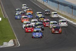 Старт гонки в Национальном классе. Впереди Владимир Шешенин, Лада Калина, и Андрей Масленников, Ford Fiesta