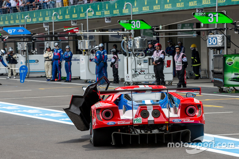 Trouble for the #67 Ford Chip Ganassi Racing Team UK Ford GT: Marino Franchitti, Andy Priaulx, Harry Tincknell