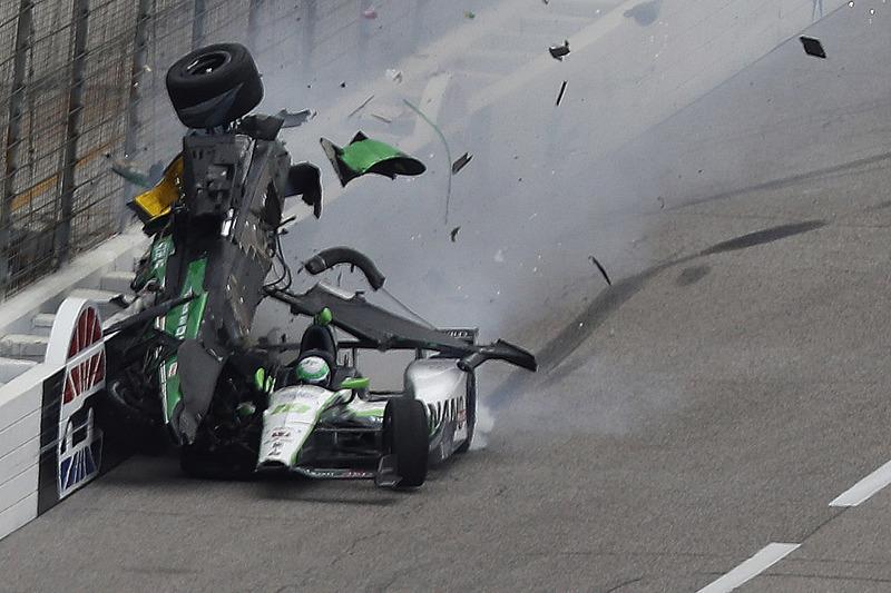Конор Дейлі, Dale Coyne Racing Honda та Джозеф Ньюгарден, Ed Carpenter Racing Chevrolet in huge crash