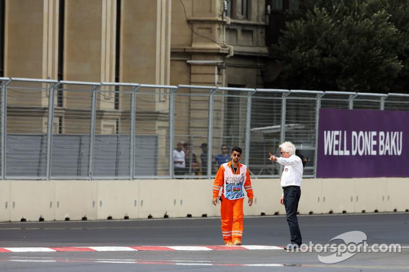 Charlie Whiting, delegado de la FIA inspecciona el circuito después de clasificación de la GP2 que se pospone