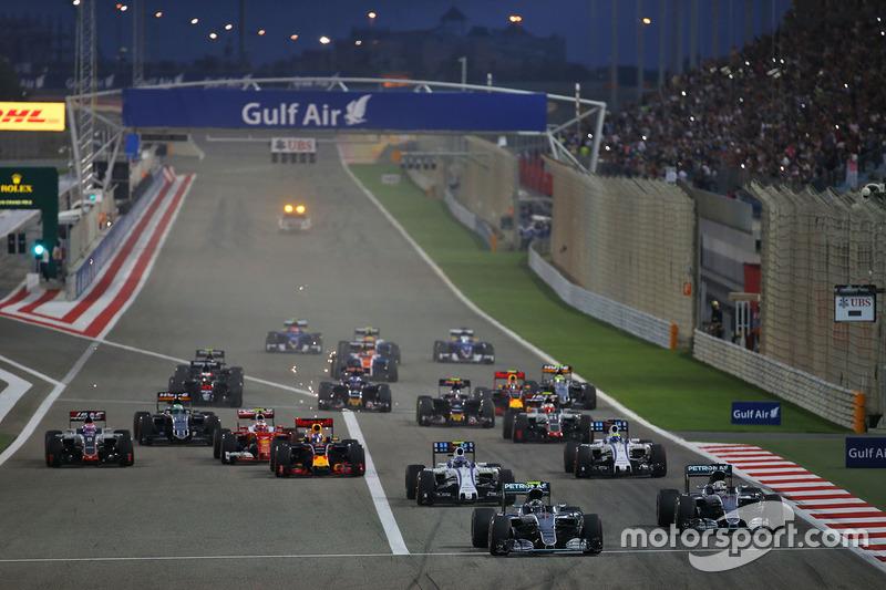 Start: Rosberg und Hamilton vorneweg