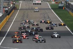 Daniel Ricciardo, Red Bull Racing RB12 en Nico Rosberg, Mercedes AMG F1 Team W07 bij de start