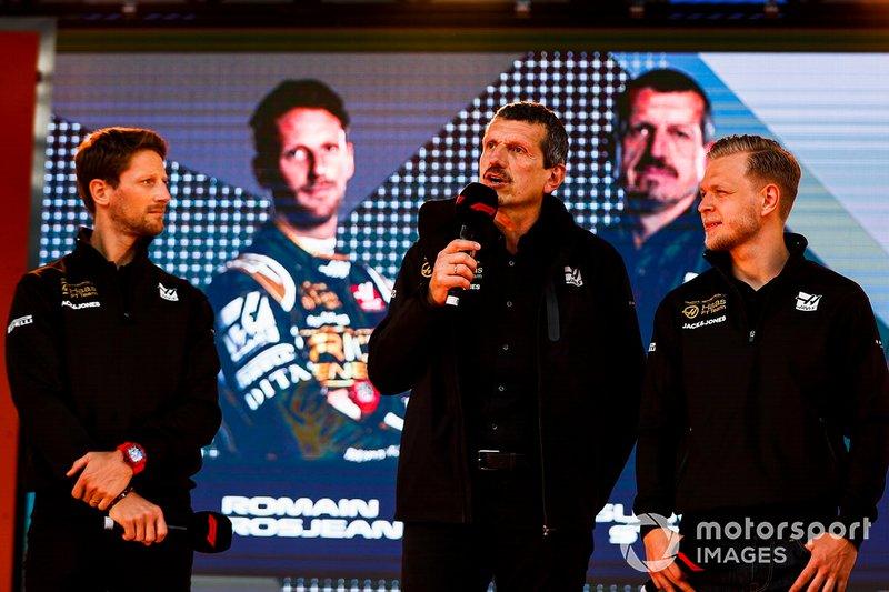 Romain Grosjean, Haas F1 Team, Guenther Steiner, y Kevin Magnussen, Haas F1 Team, camino al evento con los fans en la Federation Square