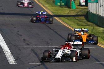 Kimi Raikkonen, Alfa Romeo Racing C38, Lando Norris, McLaren MCL34 y Alexander Albon, Toro Rosso STR14