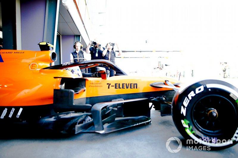Lando Norris, McLaren MCL34, quitte son stand